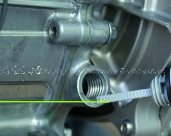 Silnik Honda GX 160 – na fotografii zaznaczony poprawny poziom oleju