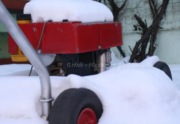 Serwis kosiarki, tutaj kosiarka jeszcze pod śniegiem