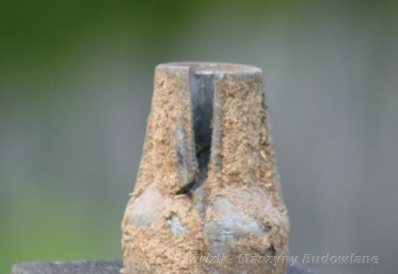 Serwis kosiarki, tutaj piasta noża, zniszczona piasta noża